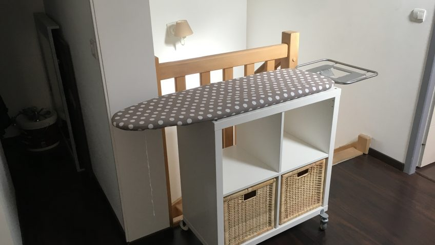 rangement table repasser petite large et ergonomique la. Black Bedroom Furniture Sets. Home Design Ideas