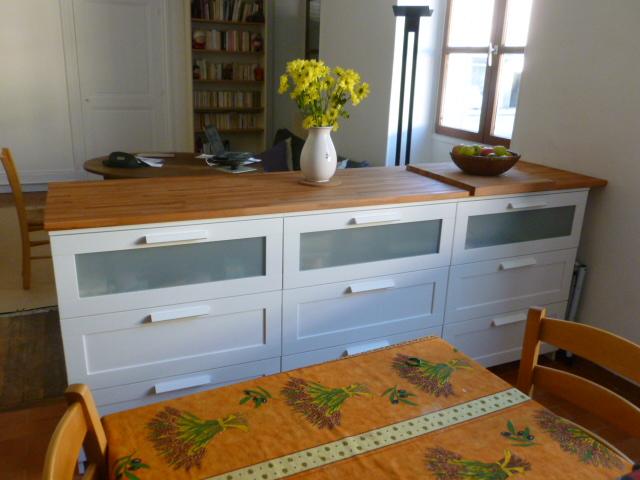 Bar de s paration avec rangement bidouilles ikea - Fixer plan de travail sur meuble ...