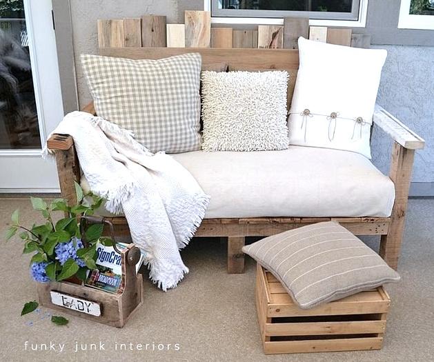 Un canapé d'extérieur en palettes