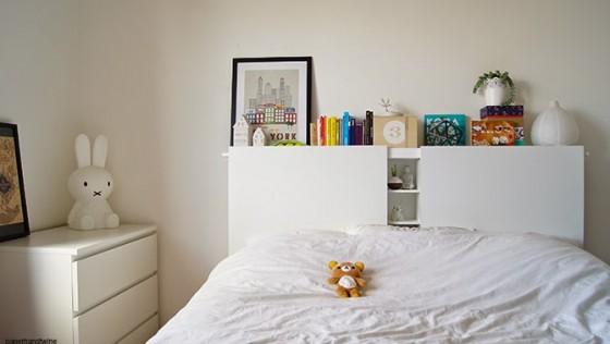 Tête de lit blanche DIY rangement intégré