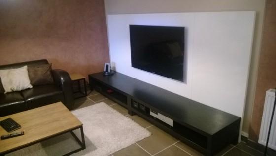 Un mur télé avec des plateaux LINNMON