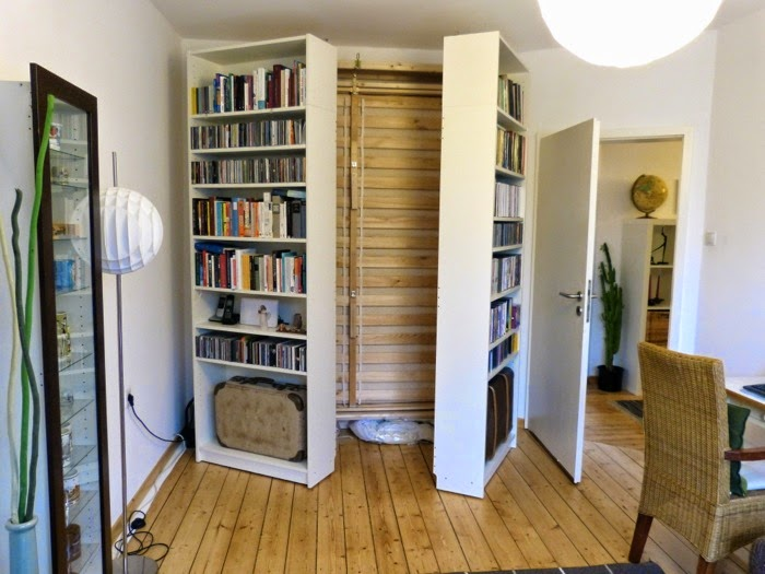 Lit escamotable derri re une tag re billy bidouilles ikea - Bibliotheque a roulettes ikea ...