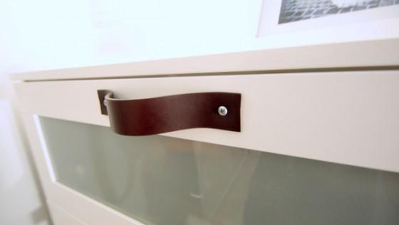 Poignées en cuir sur meuble IKEA BRIMNES