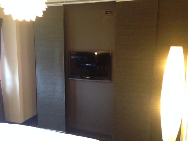 cacher facilement un dressing et une t l. Black Bedroom Furniture Sets. Home Design Ideas