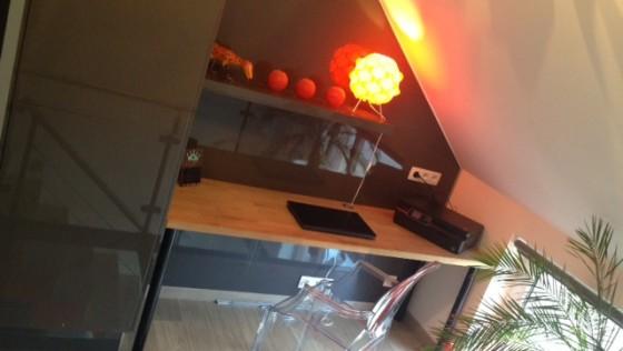 Un bureau intégré et des murs laqués avec des éléments de cuisine