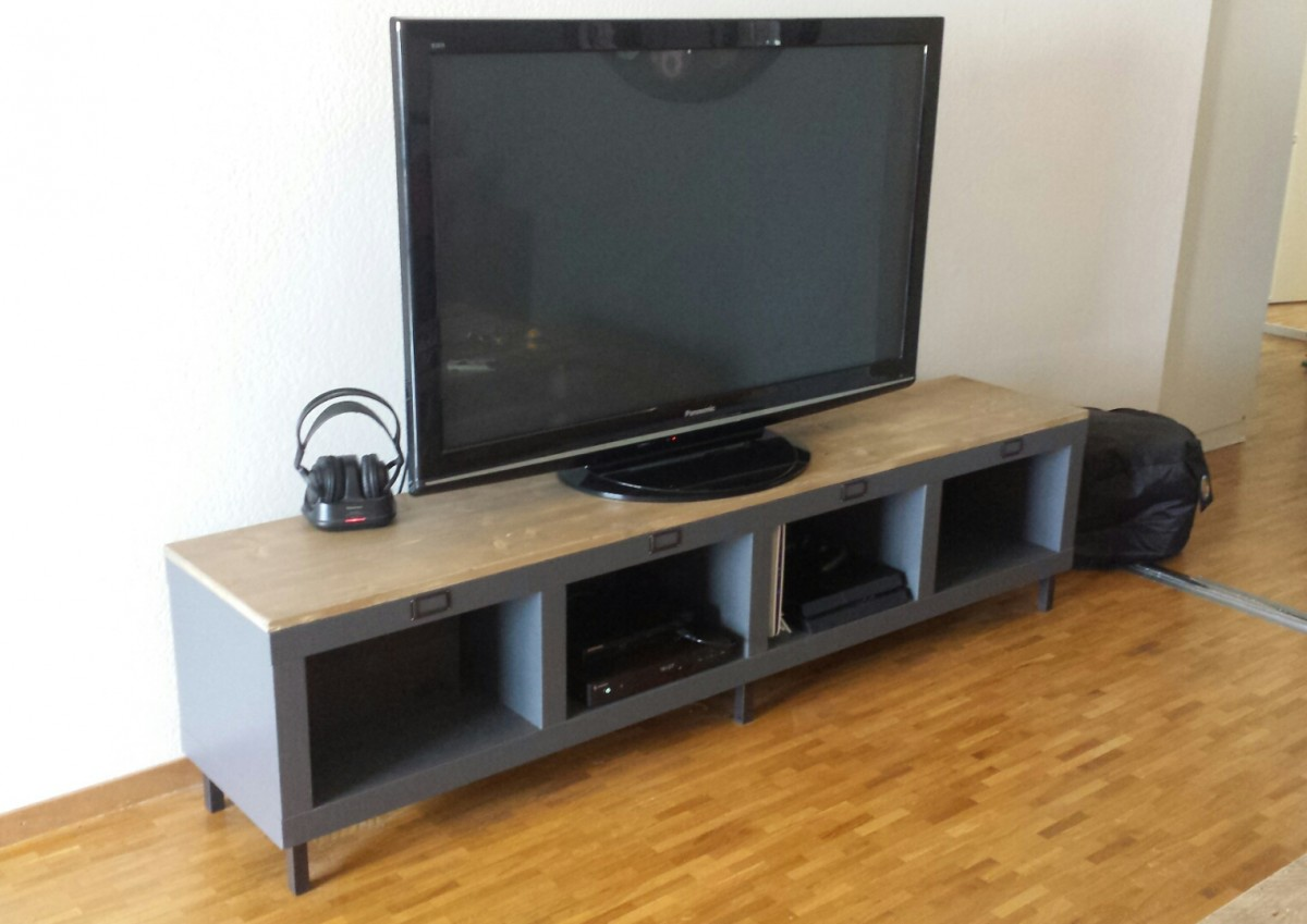 Un Meuble T L Industriel Avec Une Tag Re Expedit Kallax  # Meuble Tv En Metal Gris Anthracite Style Industriel