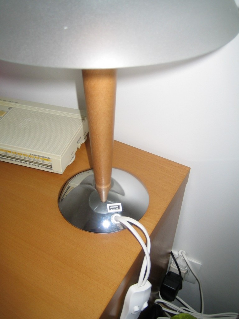 une lampe de chevet chargeur de t l phone. Black Bedroom Furniture Sets. Home Design Ideas