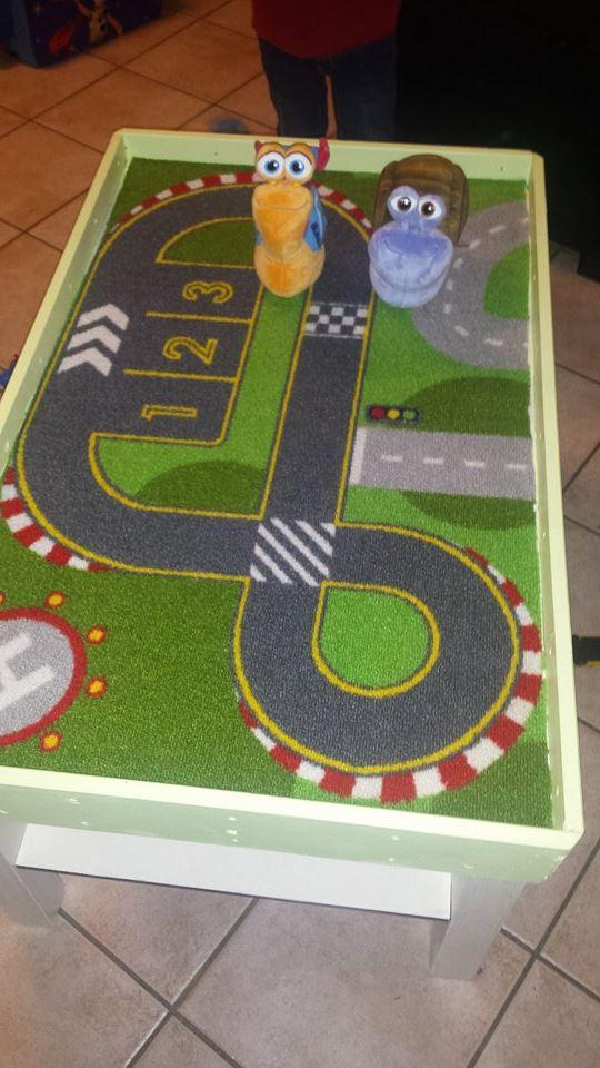 un circuit de voiture sur une table lack