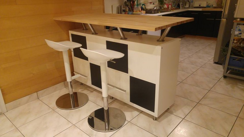 Un bar mange debout vaisselier for Table de cuisine haute ikea