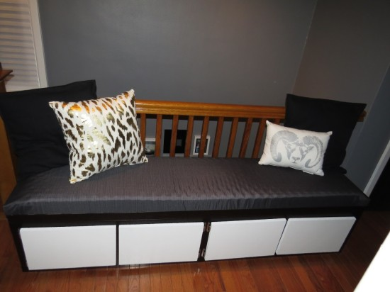 un banc avec du rangement et ikea lack. Black Bedroom Furniture Sets. Home Design Ideas