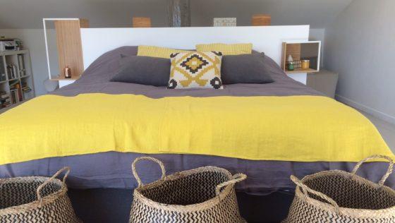 Tête de lit DIY avec des étagères IKEA PS