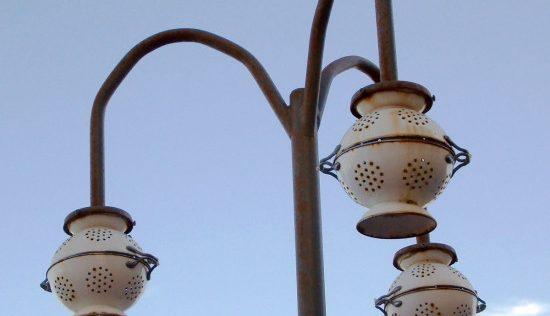 Une suspension et un lampadaire avec la passoire GEMAK
