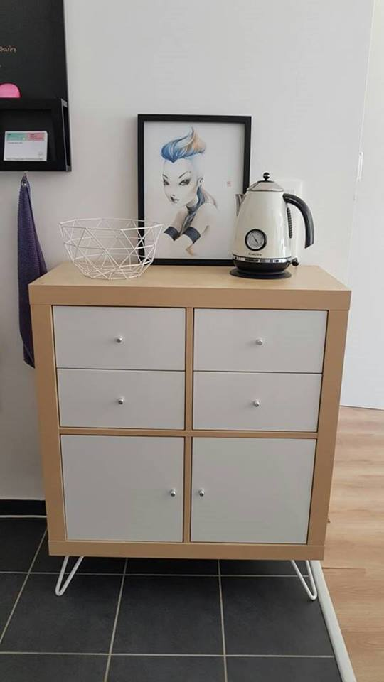 coiffeuse meuble ikea finest sur le ct il y a un petit meuble de rangement ika que juai peint. Black Bedroom Furniture Sets. Home Design Ideas
