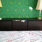 Une tête de lit avec les rangements à chaussures BISSA