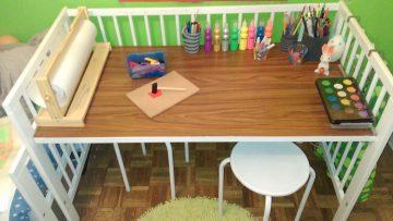 Un lit bébé qui devient un bureau d'enfant