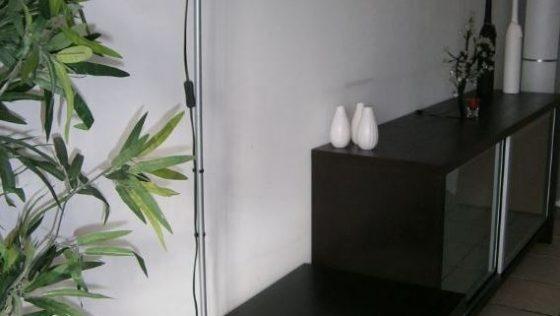 Une table gigogne couplée à un lampadaire