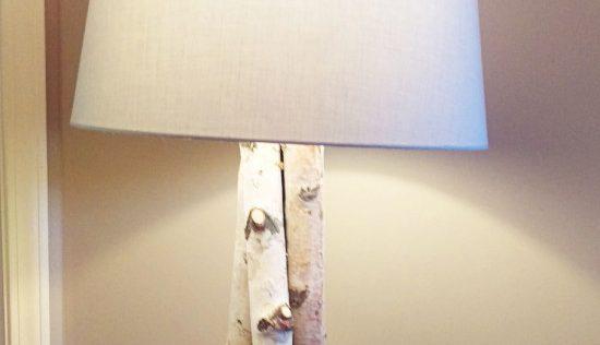 Une magnifique lampe sur pied en bois de bouleau