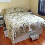 Un lit queen à rangements Ikea KALLAX
