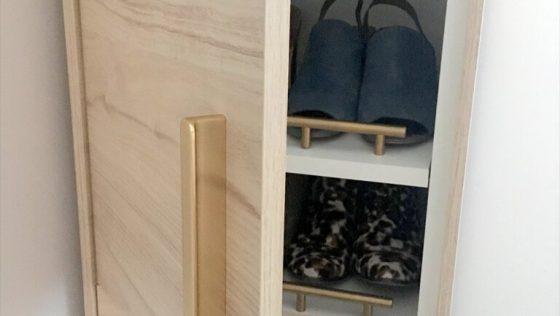 Un rangement à chaussures élégant tout en hauteur, parfait pour les petites surfaces