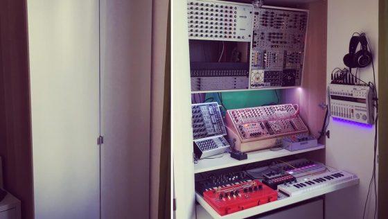 Une fantastique station de travail synthé aménagée dans une armoire IKEA PAX