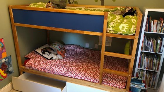 Bidouiller le lit réversible KURA en un lit superposé avec rangements