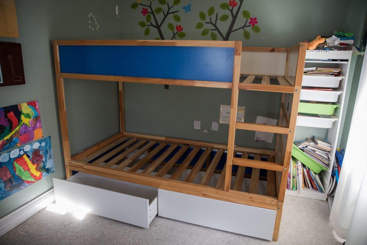 bidouiller le lit r versible kura en un lit superpos avec rangements. Black Bedroom Furniture Sets. Home Design Ideas