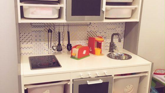 Une cuisine pour enfant, avec plein de rangements…comme les vraies!