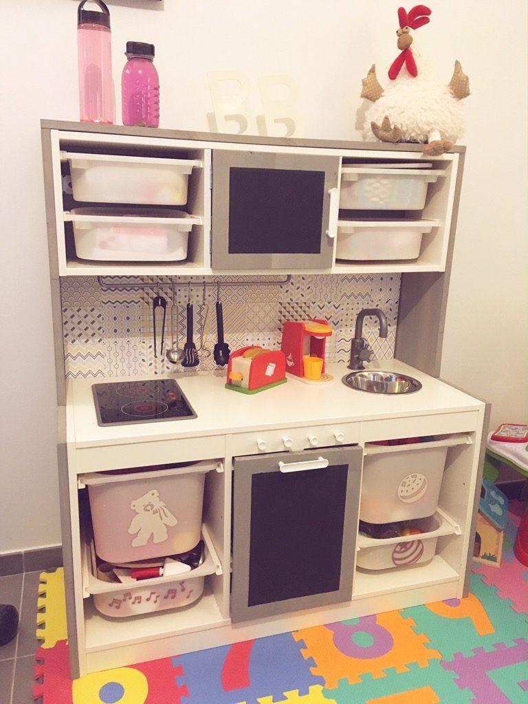 Meuble Sous Plaque Four Ikea une cuisine pour enfant, avec plein de rangements.