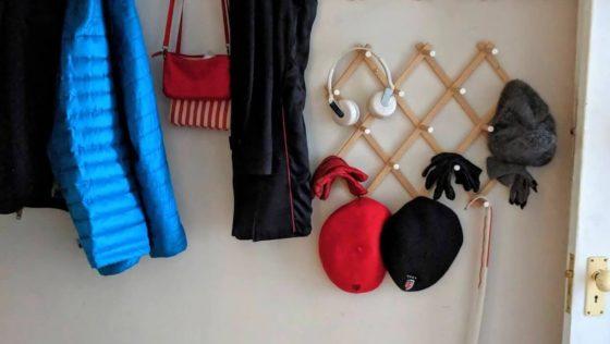 Un porte-manteaux/porte-chapeaux rapide et facile à installer dans votre entrée