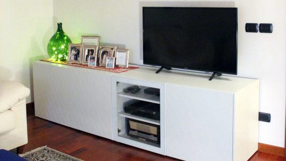 Un meuble TV blanc intelligent qui cache un tas de choses. Ultra-pratique!
