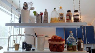 Vous avez besoin de plus de rangements dans votre cuisine? Pensez aux étagères suspendues!