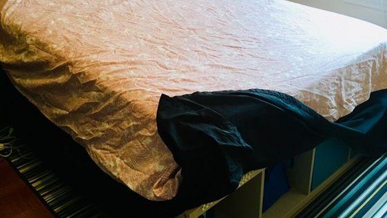 Un grand cadre de lit avec rangement — pas besoin d'outils!