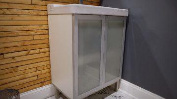 Le meuble de salle de bains FULLEN avec une vasque et des étagères supplémentaires